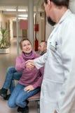 Доктор или хирург дают женщине рукопожатие стоковое изображение rf