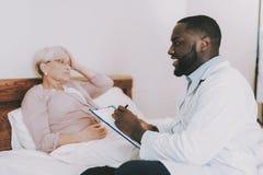Доктор Интервьюировать headaches давление Заполните форму стоковые фото