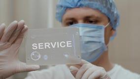 Доктор использует планшет с обслуживанием текста видеоматериал
