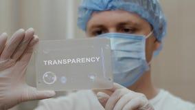 Доктор использует планшет с прозрачностью текста видеоматериал