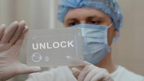 Доктор использует планшет с текстом открывает акции видеоматериалы