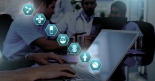 Доктор используя компьтер-книжку с медицинскими значками шестиугольника интерфейса Стоковое Изображение RF