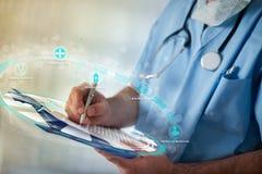 Доктор используя новаторские технологии как медицинский файл стоковые изображения