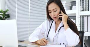 Доктор используя тетрадь для болезни проверки терпеливой видеоматериал