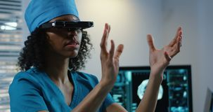 Доктор используя шлемофон VR во время обсуждать диагноз сток-видео