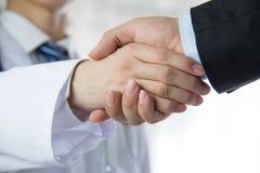Доктор и бизнесмен тряся руки Стоковое Изображение