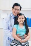 Доктор и его маленький пациент Стоковые Изображения RF