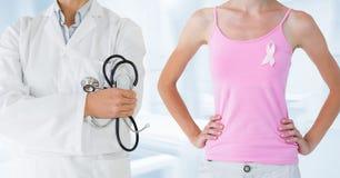Доктор и женщина рака молочной железы с розовой лентой осведомленности Стоковые Изображения RF