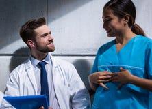 Доктор и медсестра имея переговор стоковое изображение