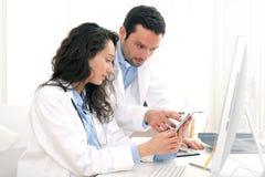 Доктор и медсестра работая на рентгеновском снимке Стоковое фото RF