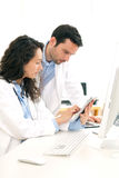 Доктор и медсестра работая на рентгеновском снимке Стоковое Изображение RF