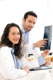 Доктор и медсестра работая на рентгеновском снимке Стоковые Изображения