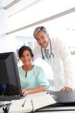 Доктор и нюна работая в офисе стоковые изображения rf