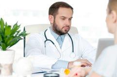 Доктор и пациент обсуждая что-то Стоковое фото RF