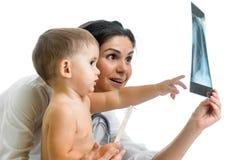 Доктор и ребенк рассматривая рентгеновский снимок Стоковое Изображение