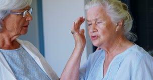 Доктор и старшая женщина взаимодействуя друг с другом 4k акции видеоматериалы