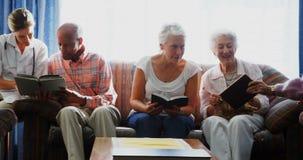 Доктор и старшии взаимодействуя друг с другом 4k сток-видео