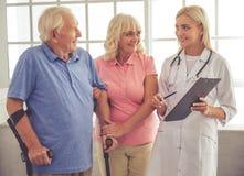 Доктор и старые люди стоковое фото rf