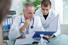 Доктор и доктор студента объясняя что-то Стоковое фото RF
