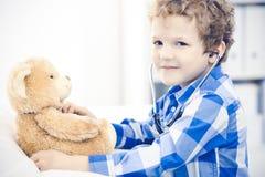 Доктор и терпеливый ребенок Мальчик врача рассматривая Регулярное медицинское посещение в клинике Медицина и здравоохранение стоковые изображения