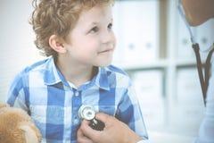 Доктор и терпеливый ребенок Мальчик врача рассматривая Регулярное медицинское посещение в клинике Медицина и здравоохранение стоковые фотографии rf