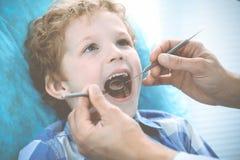 Доктор и терпеливый ребенок Мальчик имея его зубы быть расмотренным с медициной дантиста, здравоохранением и концепцией стоматоло стоковые изображения rf