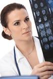 Доктор концентрируя на развертке рентгеновского снимка Стоковые Изображения RF
