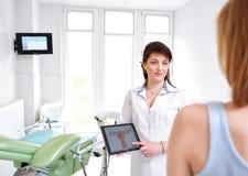 Доктор красивой молодой женщины посещая стоковое изображение rf