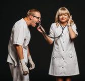 Доктор кричащий в стетоскопе стоковое изображение