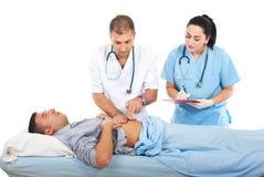 доктор кровати рассматривает стационарный больного Стоковые Изображения
