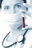 доктор крови смотря образец Стоковые Фото