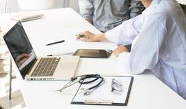 доктор медицины объясняет диагноз к удерживанию и sho команды доктора Стоковые Изображения RF