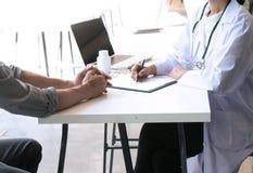 доктор медицины объясняет диагноз к удерживанию и sho команды доктора Стоковые Изображения