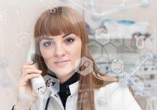 Доктор медицины и виртуальный интерфейс компьютера Мультимедиа стоковые изображения rf