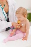 доктор младенца рассматривает педиатрическое Стоковое Изображение