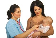 доктор младенца рассматривает Стоковое Фото