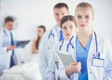 Доктор молодой женщины держа ПК таблетки детеныши женщины доктора Стоковые Фотографии RF