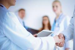 Доктор молодой женщины держа ПК таблетки детеныши женщины доктора Стоковое Изображение