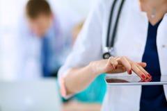 Доктор молодой женщины держа ПК таблетки Стоковые Изображения