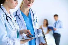 Доктор молодой женщины держа ПК таблетки Стоковое фото RF
