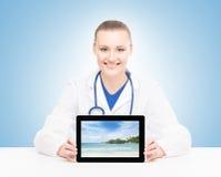 Доктор молодой и профессиональной женщины с таблеткой Стоковое Фото