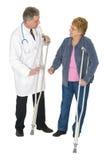 Доктор Пациент Старш Женщина, изолированные костыли, стоковая фотография rf