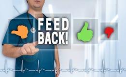 Доктор обратной связи показывает на телезрителе с концепцией тарифа сердца Стоковая Фотография