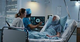 Доктор обсуждая диагноз с родственником пациентов видеоматериал