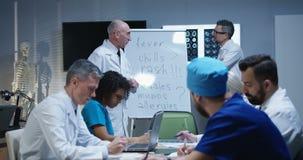 Доктор объясняя диагноз его коллегам сток-видео
