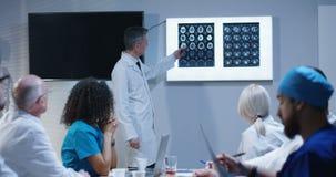 Доктор объясняя диагноз его коллегам видеоматериал