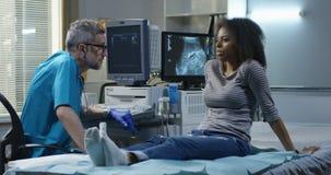 Доктор объясняя диагноз женщине сток-видео