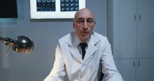 Доктор объясняя диагноз камере с разверткой MRI сток-видео