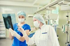 Доктор отделения интенсивной терапии женский с изображением рентгеновского снимка Стоковые Изображения RF