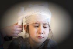 Доктор педиатра перевязывая child& x27; голова s vignetting Стоковая Фотография